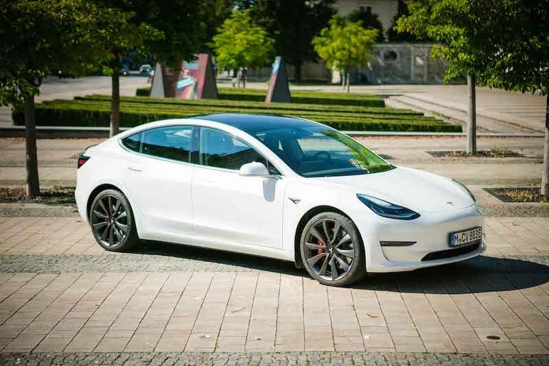 Tesla Model 3 in weiß